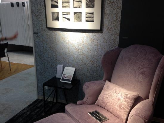 アンティーク調のソファとコーディネートされた壁紙
