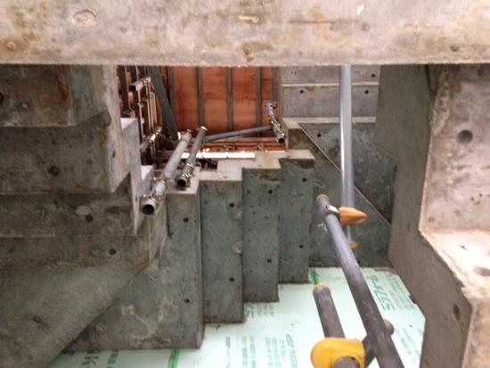 コの字のRC階段は3階までぐるぐるとまわって、中央は3層の吹き抜け