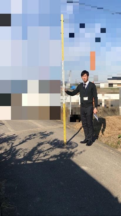 まず高さを測りたい場所(道路ならマンホールや道路中心位置等)にスタッフを垂直に立てます