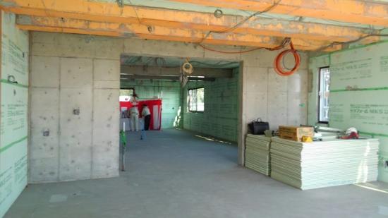 会場は型枠が外れたばかりの3階部分