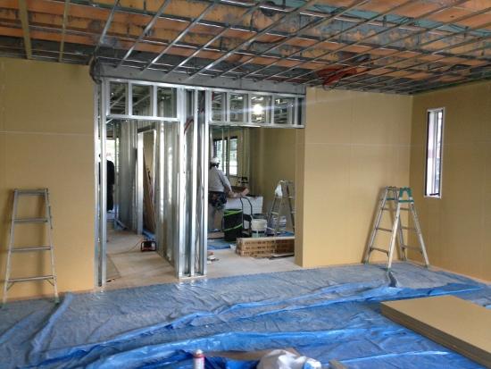 先日、上棟式を執り行った3階も間仕切り工事が進んでいます