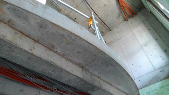 玄関吹き抜けのR手摺り部分床コンクリート