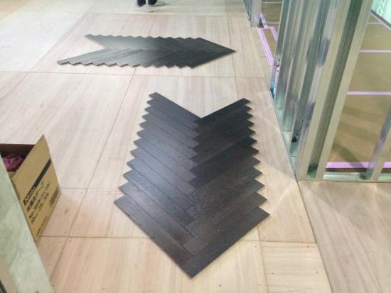 短尺のフローリングを斜めに貼る寄木張り(ヘリンボーン張り)