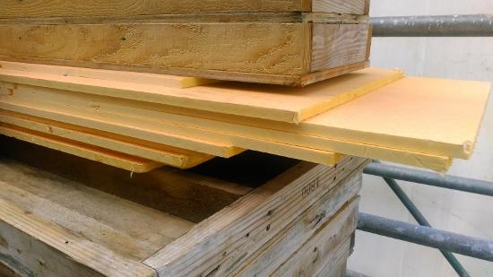 積み上げられた資材の中に、黄色い断熱材がありました
