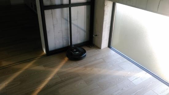 部屋の片隅に「ホームベース」という充電器用のコンセントを設ける形