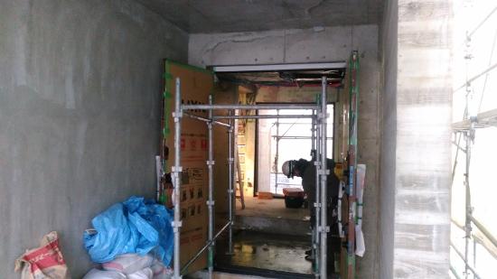 両開きの大きな玄関ドアの設置も完了