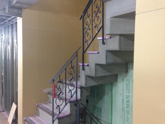 内部では階段の手摺工事