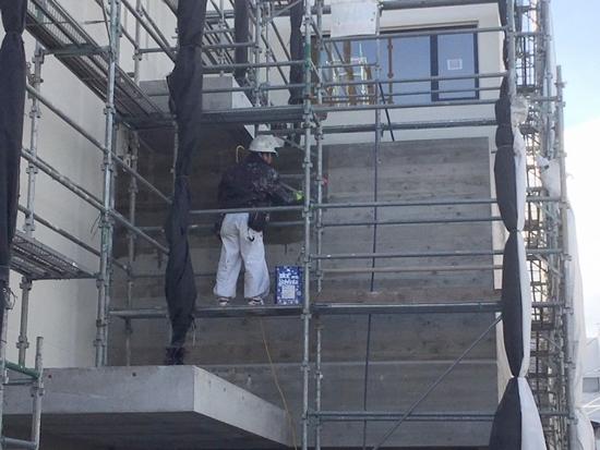 コンクリート杉板型枠打放部分:撥水材の塗布作業