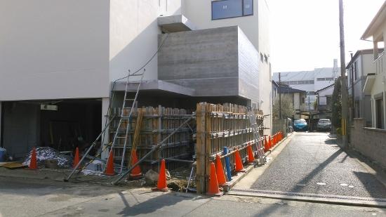 外部ではアプローチの杉板型枠打放し塀のコンクリート打設①