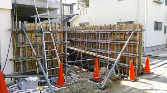 外部ではアプローチの杉板型枠打放し塀のコンクリート打設②