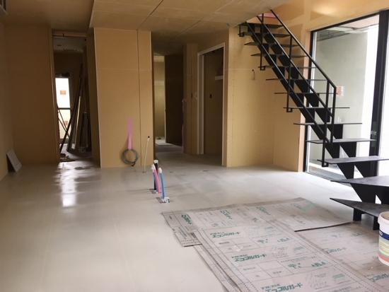 床はタイル貼り工事が進行中