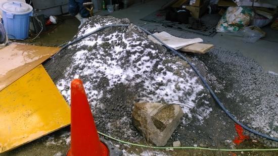 朝方から降った雪が砕石の上に残っているくらい寒い日
