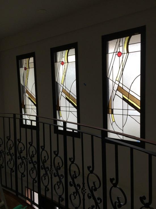 玄関の吹き抜け上部のステンドガラスから、柔らかな光が