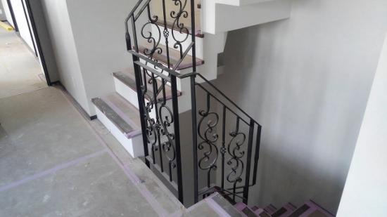 階段手摺も同じデザインで統一