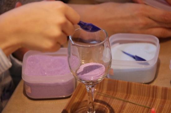 3種類程度の色砂をグラスの中に順番に入れていきます
