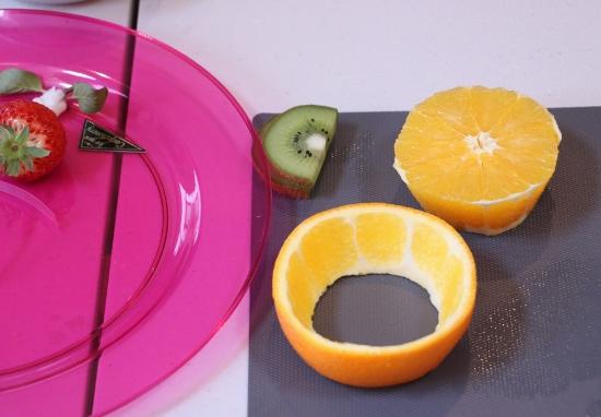 半分にカットしたオレンジの中身をくりぬきます