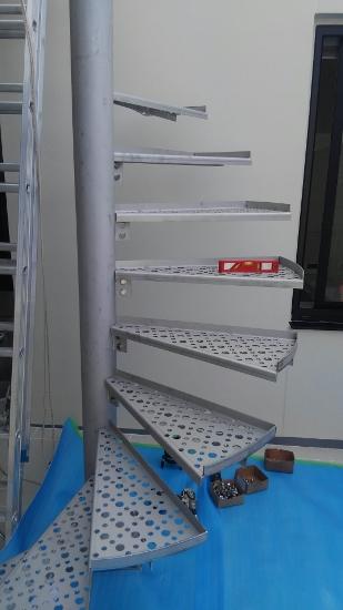 支柱に取り付けられたプレートにボルトで固定