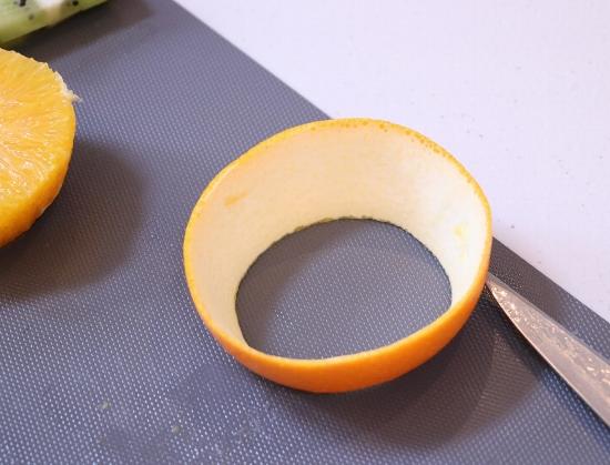 皮を破らないように皮残った果肉部分も取り除きます
