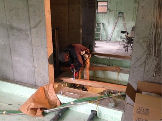 1階では大工さんが床組み