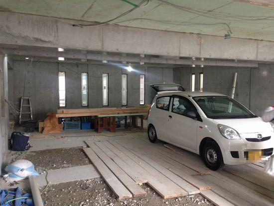 6台が駐車可能なビルトインガレージ