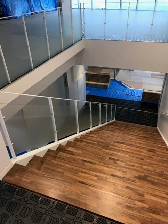 3階と2階を結ぶ大階段を下りると・・・