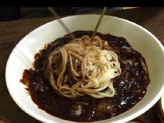 チャジャンミョンという黒いあんかけの麺
