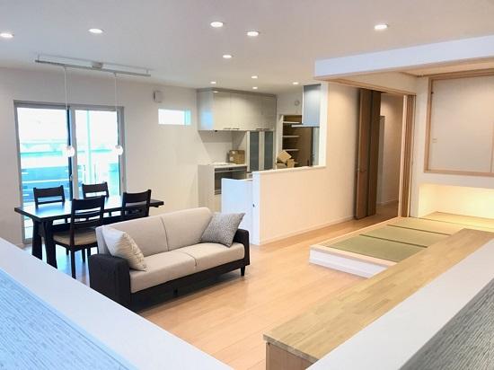内装仕上げが終わって家具も置かれほぼ完成
