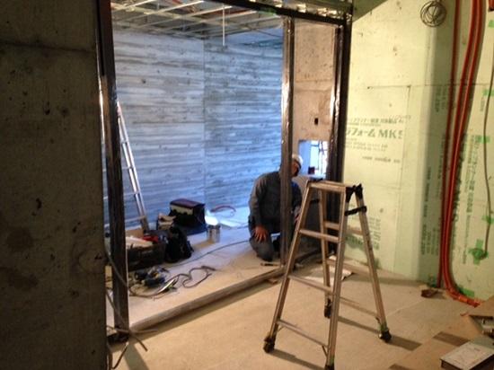 1階の玄関ドア下地となるLGS(軽鉄)を組んでいるところ