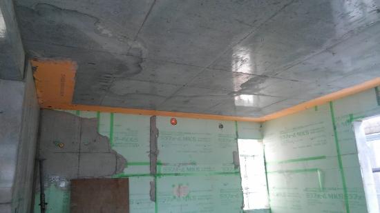 天井を見上げると、周囲にオレンジ色が見えます