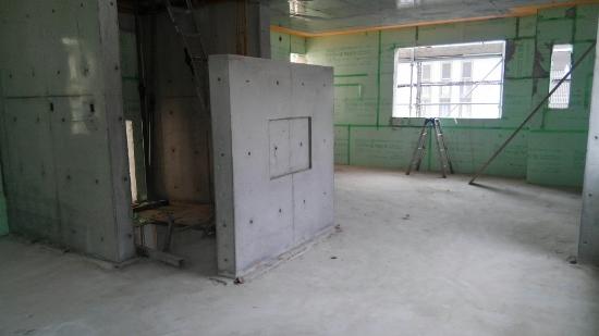 中央には「バイオエタノール暖炉」を壁付けするコンクリート打ちっ放し壁