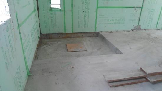 奥の一部天井が下がっている箇所は、2階に設けられた浴室の床スラブ