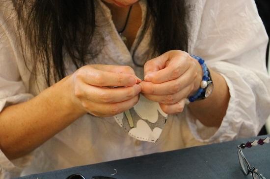 なるべく生地に近い色の糸を使って縫い合わせます