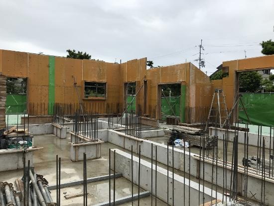 現在は基礎工事の次の工程、1階壁の型枠を組んだところ
