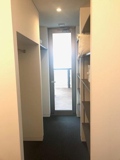 温度ムラによる結露や湿気対策も兼ねて収納スペースに扉を設けないことも