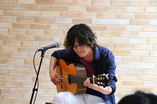 シンガーソングライターでギタリストの岡崎泰正さん