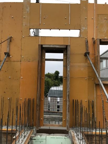 ドア上の横長の開口が庇部分で、打設時にコンクリートが型枠内に行き渡ります