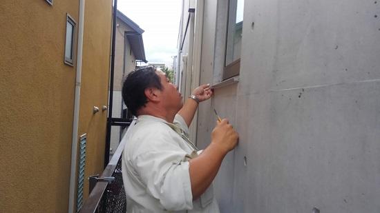 外壁のクラック(ヒビ)、シールの不具合を目視でチェック