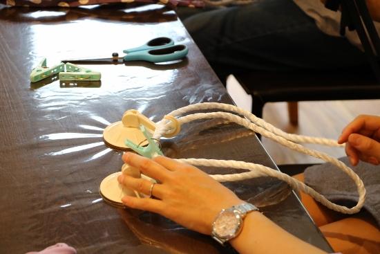 小豆さん流は吸盤と洗濯ばさみを使って編み上げます