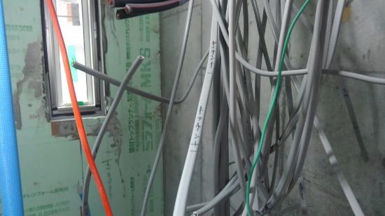 設備の配管や配線を終えたところ