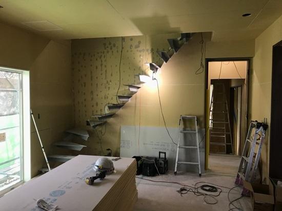 固定階段では圧迫感が出るため、スチールのデザイン階段を採用