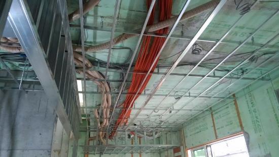 天井下地の間にたくさんの設備配管や配線、換気ダクト①
