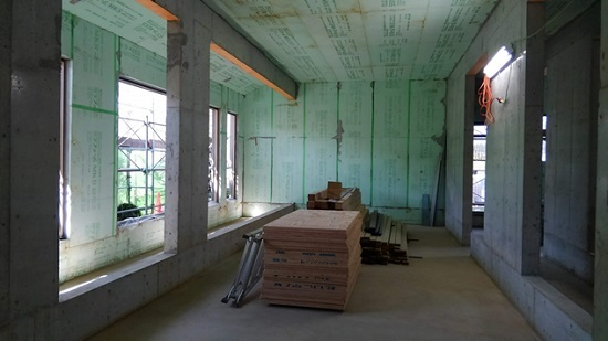 上棟時剥き出しだった断熱材や打ちっ放し壁