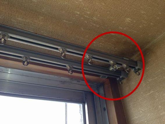 インプラス取付前カーテンレールは窓枠に正面付