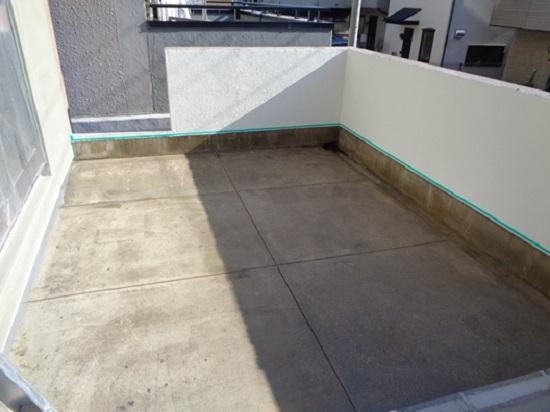 次に防水膜の付着性を向上させるためプライマーを塗布