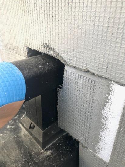 端部の収まりもジャストカットした断熱材を貼っていきます②