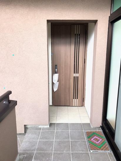 玄関前の床はタイルの色を変えました
