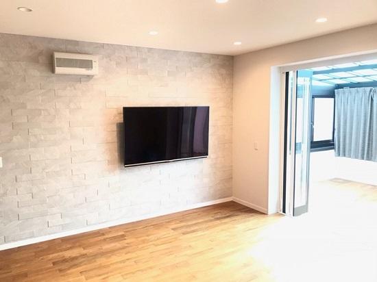 広くなったリビングの壁には60インチのTV