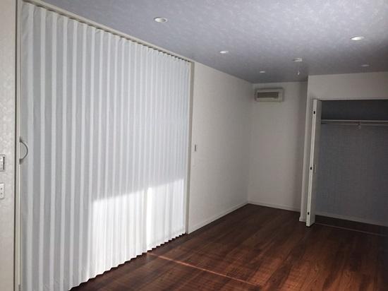 こちらは廊下とお子様の部屋を間仕切るアコーディオンカーテン