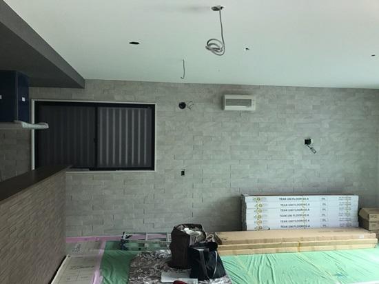 キッチン前の立ち上がり壁とLDK東面には調湿機能のあるINAXのエコカラット