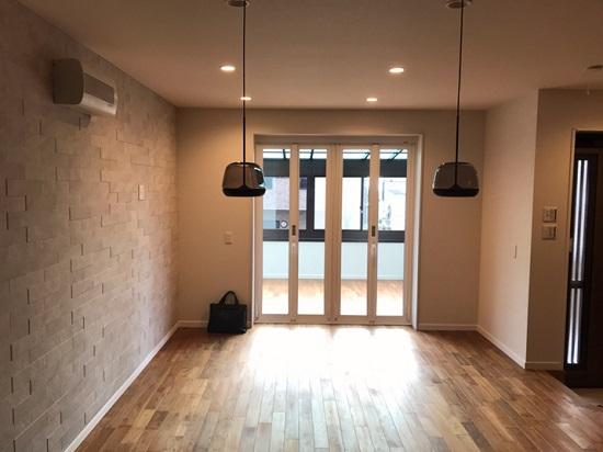 壁にはエコカラット、床にはチークの無垢材